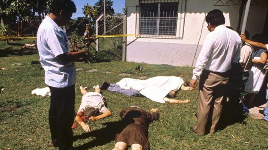 Escena de la masacre de seis sacerdotes jesuitas y dos de sus colaboradoras, asesinados el 16 de noviembre por miembros del batallón Atlacatl
