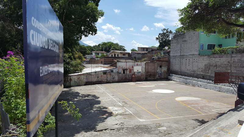 Espacio público a pocos metros de la alcaldía de Ciudad Delgado, donde se construiría una especie de anfiteatro y tres canchas de baloncesto cuando el Plan El Salvador Seguro estuviera en marcha. A más de tres años, el lugar sigue igual.