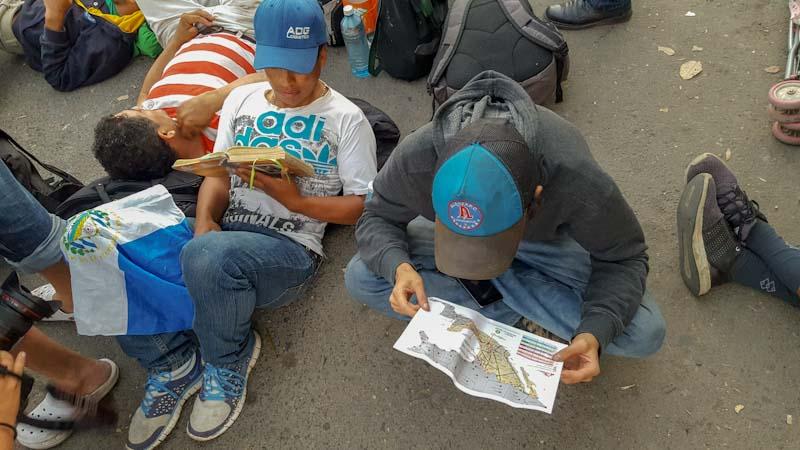 Muchos salvadoreños consultaban constantemente un mapa de México con los lugares donde había albergues para migrantes, como lo hacía este aliancista. Otros leían su Biblia.
