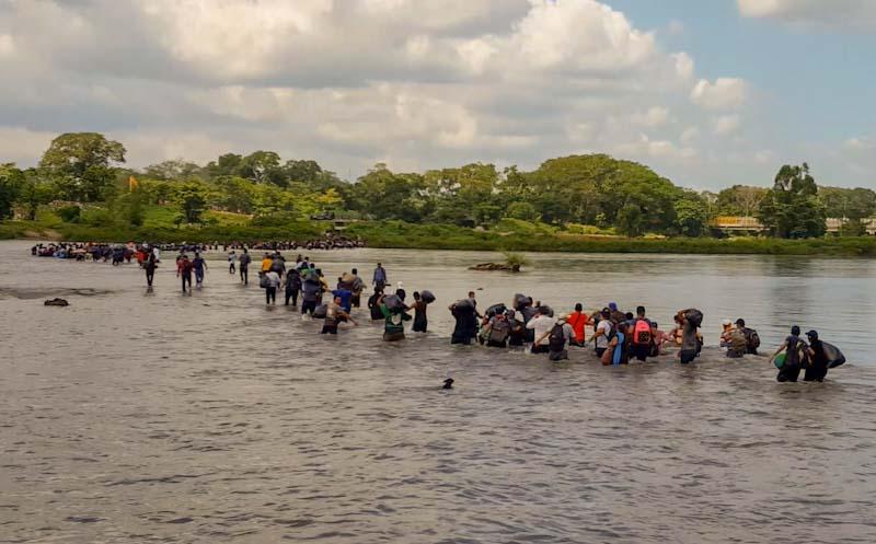 Al mediodía del viernes anterior, más de mil salvadoreños cruzaron el río Suchiate (en Tecún Umán, Guatemala) hacia territorio mexicano sin importar que en la otra orilla hubiera decenas de policías federales, empleados de migración y soldados de la marina mexicana.