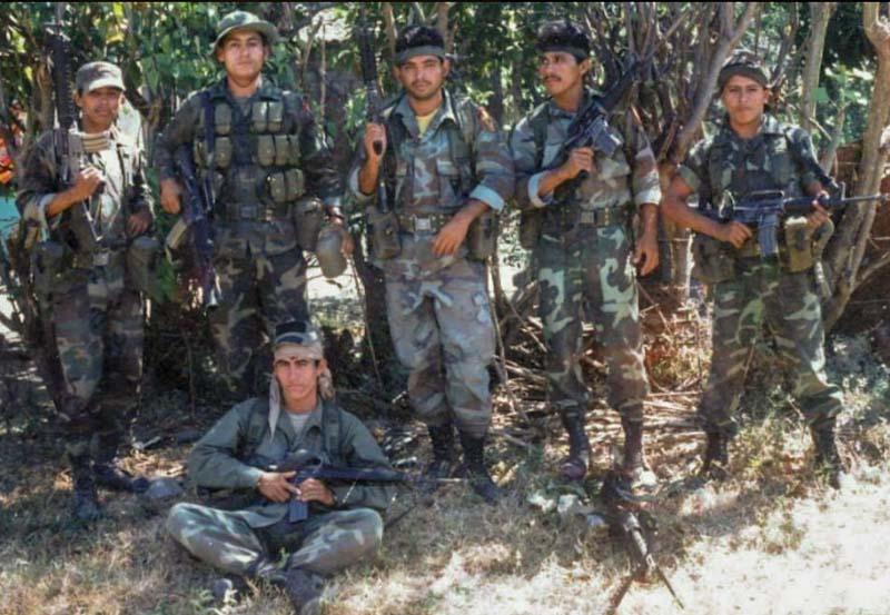 Aún durante una operación militar, siempre había tiempo para una fotografía. Aquí una patrulla del Batallón Ramón Belloso.