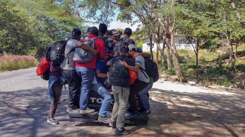 Con tal de lograr avanzar en vehículo unos cuantos kilómetros, los salvadoreños se olvidaban de la seguridad. Tanto en El Salvador como en Guatemala, muchos conductores se arriesgaron a ser sancionados por llevar sobrecargados sus vehículos.
