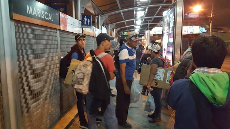 Después de caminar por más o menos dos horas, una señora me indicó que por un quetzal, el transmetro nos llevaba hasta la terminal de buses que viajan a Tecún Umán.