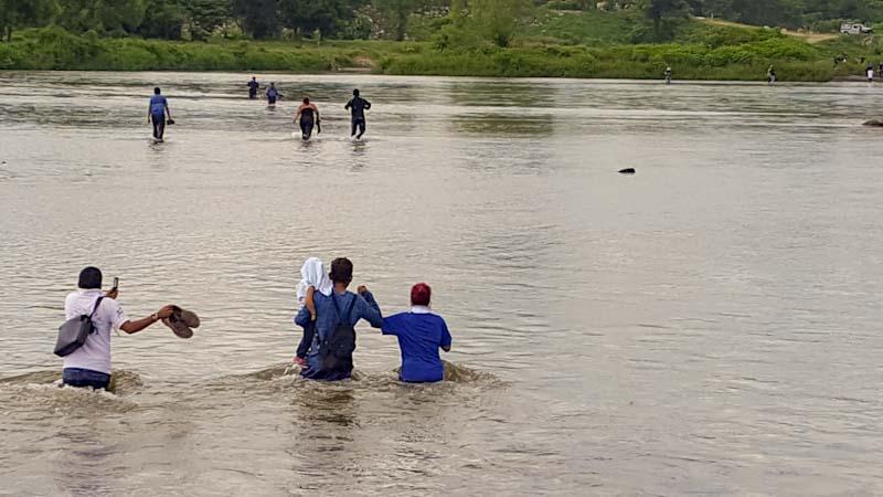 Los últimos en cruzar. Una pareja y su hijo fueron los últimos en cruzar el río Suchiate. Con niños, la marcha se vuelve más lenta.