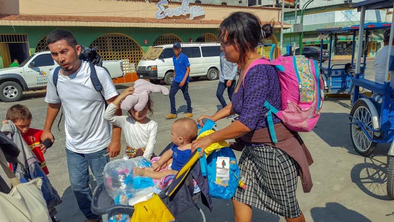 Después del mediodía del mediodía del jueves 1 de noviembre, Daniel Araujo, su esposa y sus tres hijos llegaron al parque de Tecún Umán. A pesar del viaje, esa misma noche los tres niños se unieron a otros para divertirse con los juguetes que llevaban.