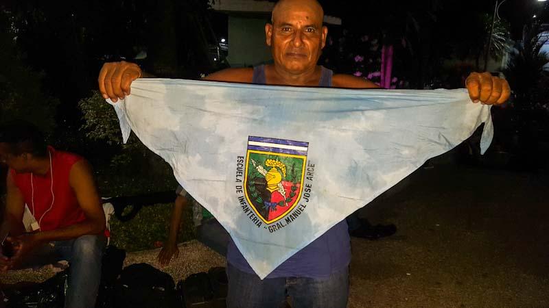 Este salvadoreño, que no quiso dar su nombre, dijo que con la caravana viajaban aproximadamente 300 veteranos de la Fuerza Armada. Dijo que él había sido sargento mayor de brigada, el grado más alto que en El Salvador alcanzan los suboficiales.