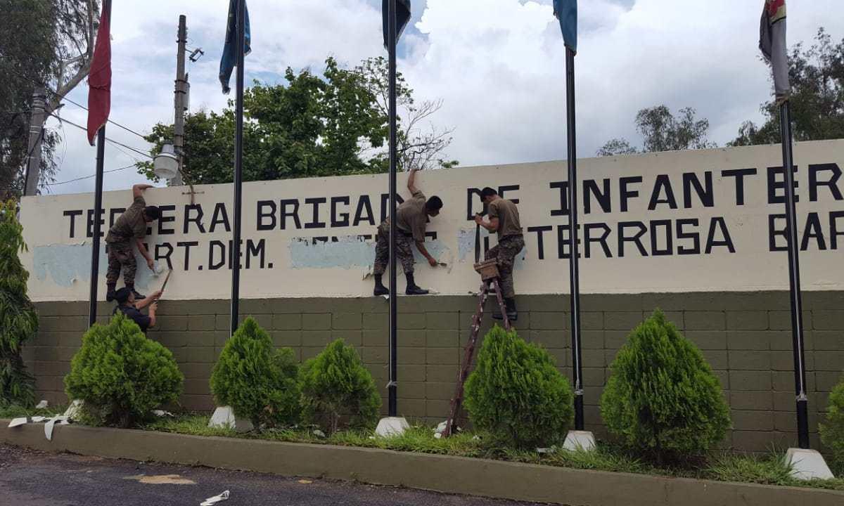 Soldados de la Tercera Brigadas eliminan el nombre del teniente coronel Domingo Monterrosa, de la fachada de esa unidad militar.